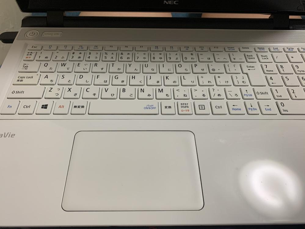 兄がパソコンのパスワードを忘れてしまいました。初期化したいです。でもやり方がわからないので教えていただきたいです。 どういう機種か分からないので写真を貼ります