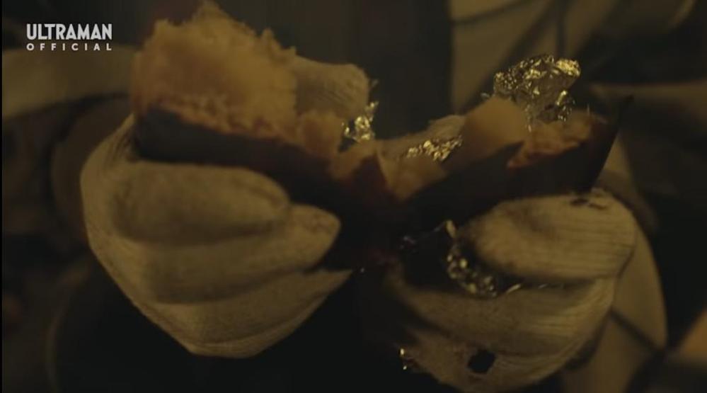 あなたが特撮作品を見ていて、「つい食べたいと思ってしまった食べ物」ってございますか? 私はウルトラマンZ 第4話で『夜遅くまでウィンダムの改良案を考えるユカのためにバコさんが用意した焼き芋』ですね。 まさか『セブンガーのダクトカバーを鉄板代わりに使用して焼いていた』ことにビックリですが、それにしてもおいしそうな色つやした焼き芋だったと感じ、食べたくなりました。