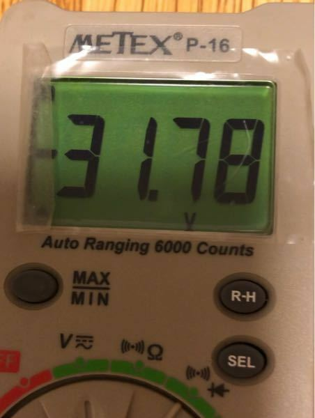 空中放電について、 コッククロフトウォルトン回路で放電する回路をネットを見て作りました。 五段のコッククロフトウォルトン回路で3mmくらいで空中放電するのですが 入力電圧を測ると30v程度でした。 なので計算上30の10倍で出力は300vほどなのですが この電圧で空中放電できるものなんですか? それとも測った機械がおかしいのですか?