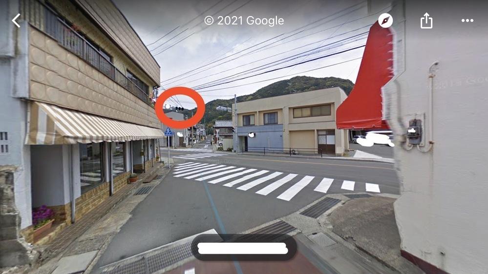 車の交通ルールについて質問です。 写真の撮影者目線が車を運転する自分だとします。 広い通りの方に出て左折する場合、赤丸で囲んだ信号が赤で、歩行者がいないときは行ってもいいのでしょうか?? それとも青になってから行かないといけないのでしょうか?? 運転初心者でここはいつも迷ってしまいます… どなたか教えていただけると助かります。