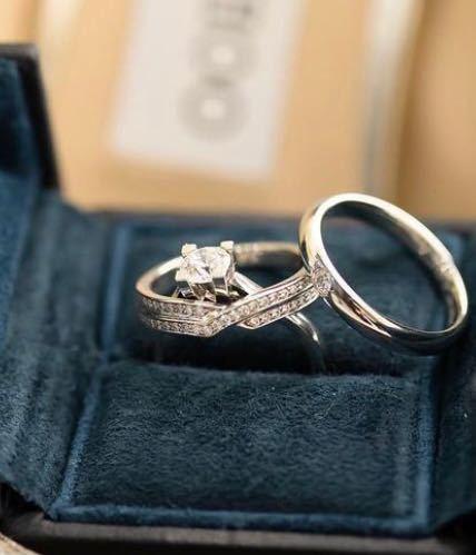 ハリーウィンストンの婚約指輪、結婚指輪について。 ハリーウィンストンのブライダルリングは高いイメージですが、 お相手が26歳会社員でも画像レベルのものをプレゼントできるものでしょうか? 言い方を...