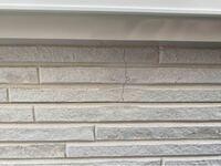 築1年半の戸建ですがサイディングのところに亀裂があるのに気付きました。工事の人にみてもらったところ窓の下はなりやすいですよと言われました。裏のところでしたので、なかなか気付きませんでしたが、本当にそう なのですか?若干なんか直した跡があるような…ビスの打ち方がおかしいような?無償で直してくれるようですが今後の為に、なりやすいでいいのですか?