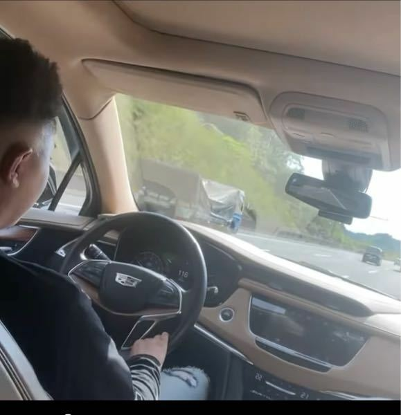 この車は何かわかりますか? 車内の写真しかありませんが車に詳しい方お願いします!