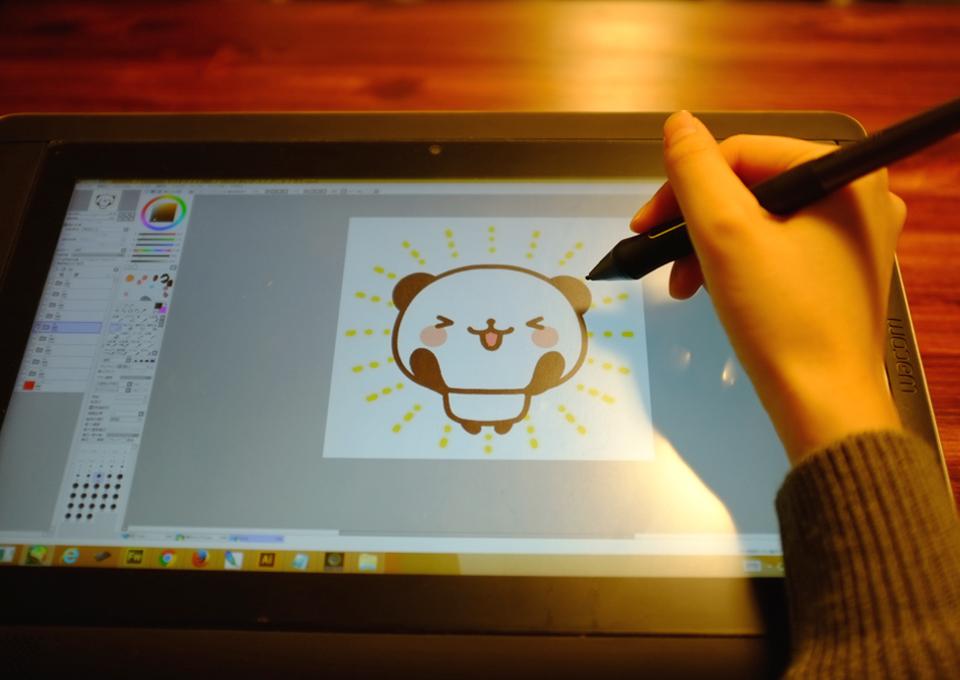 デジタルで絵描きを始めたいのですが、機械について分かりません。 理想は、画像のタブレットですが、このタブレットの機種かメーカーを教えて下さい。 この機種だと、テーブルに置いて描いているようですが、パソコンに繋がず、イラストが描けますか?
