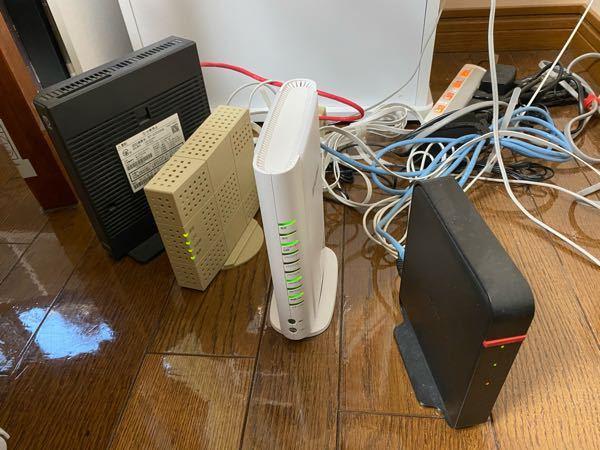 配線周りの質問です。質問文ぐだぐだですがご了承下さい。 別で画像の状態を質問した時下記のように教えて頂いたんですが、 光コンセント ↓ ONU(白く小さい方の箱) 光回線接続に必須 ↓ ひかり電話ルータ(光電話(N)で使用) ↓ 光BBユニット (メインルータ、IPv6高速ハイブリッドに必須) ↓ Wi-Fiルータ (Wi-Fiマルチパックの代用) ><各機器 白い真ん中のやつだけ後から追加して、他は何の工事とかもしていないんですけど、この白いの付けただけで光回線?ってのになるんですか? そもそも光回線になるとどのような利点があるのでしょうか? 親が勧められて契約したので自分は全く説明聞いてなくて、親に聞いてもよく理解出来ていなかったらしく回答が得られませんでした。 ネット関連に関しては全く知識が無いので教えて頂けると幸いです。