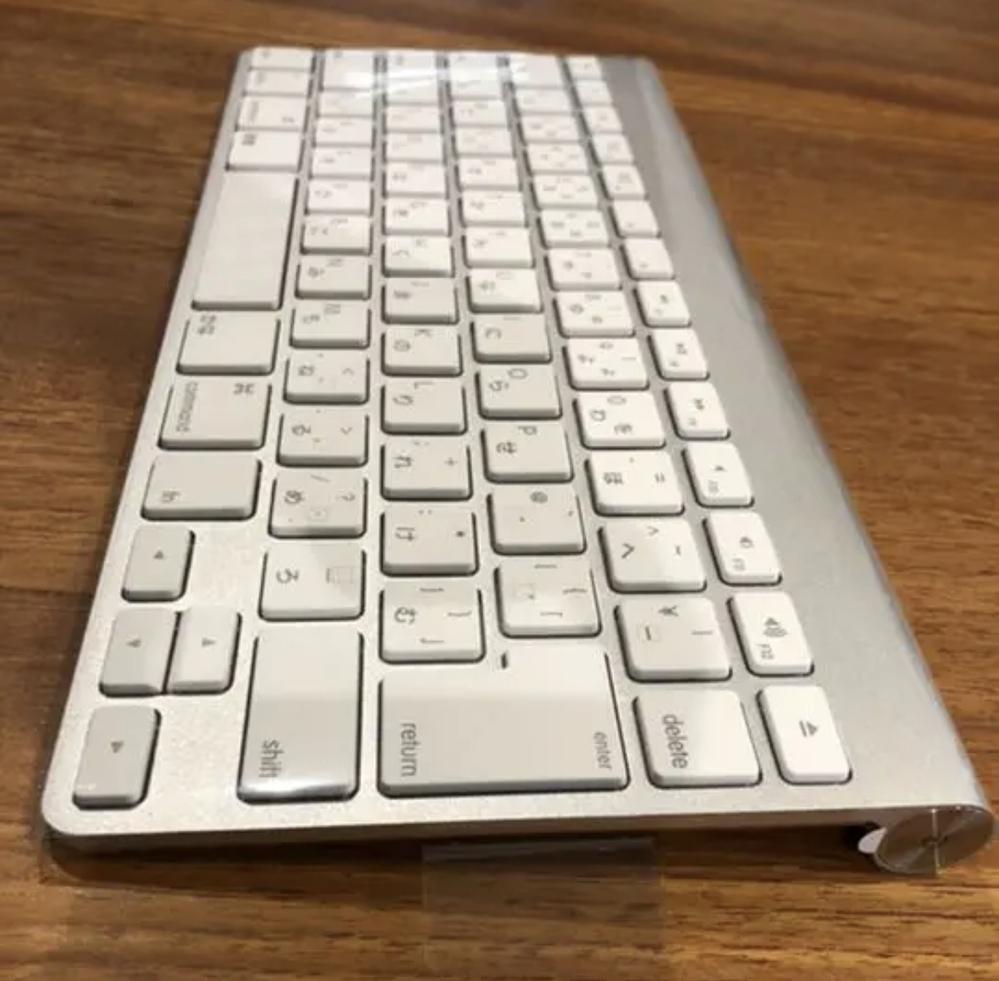私は今発売しているMacBookの中で最新のものを使ってんですが、 写真のAppleのワイヤレスキーボードは8年近く前に発売したものなんですが私のMacBookで使用することはできるんでしょうか?