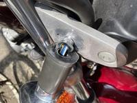 外れたウインカーの付け方 東方、バイクを倒してしまい、添付画像の状態になってしまったのですが、どうやって戻せばよろしいでしょうか? ご教示お願いします。