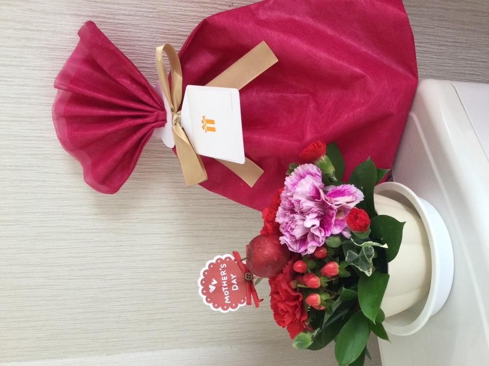 今日は『母の日』ですが、 みなさんは、お母さんに感謝の気持ちを贈りましたか? 私は同居する義母にパジャマを 実家の母には、お花を送りました。 母から届いたと電話があり 『ヤクルトレディさんからカーネーションを一輪貰ったの』 と私のお花より喜んでいました(⌒-⌒; ) 私も母なので息子からクッキーと 娘と義理の息子からはカワイイお花をいただきました。 みなさんは今日、どんな『母の日』をお過ごしですか?