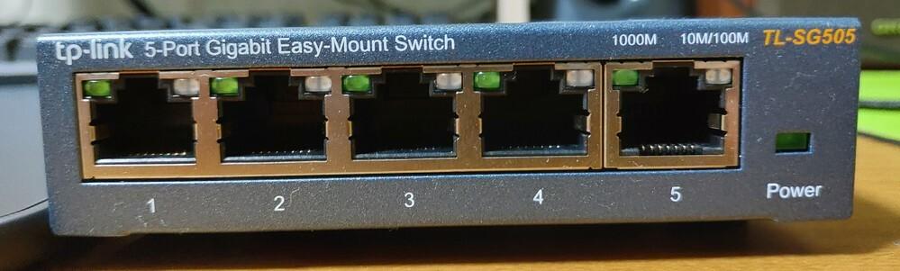 スイッチングハブや無線LANルーターの有線ポートで写真のように一つだけ分かれてるポートがあり、 この写真のスイッチングハブに関してはポートの形状も微妙な違いがあります。説明書では特に触れられておらず、使い分けも必要ないという説明が書かれていますが何か意味があるのでしょうか?