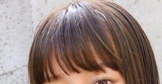 前髪を今すぐこれにしたいです 今の前髪が分厚くて隙間もないくらいなんです。 みんなみたいに隙間のある可愛い前髪になりたいです どうすればいいですか?