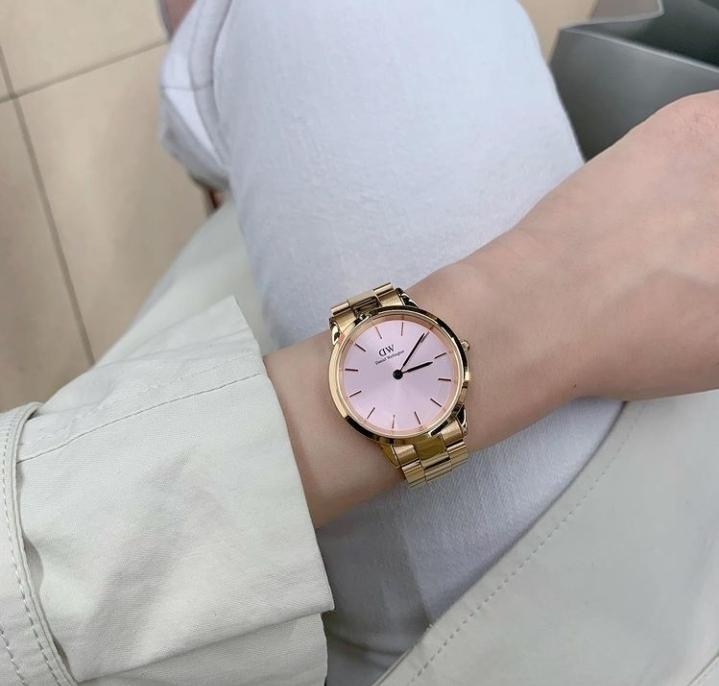 この時計のメーカーと値段を教えて下さい。