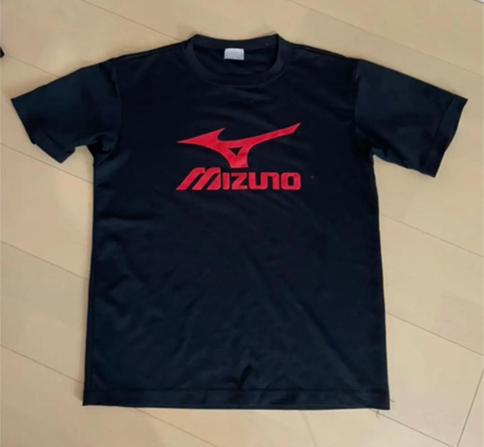 この柄と全く同じもののミズノのTシャツを探しております。バレーボールのものです。 ネットでとても探したのですが見つけられませんでした。 どこで販売されているか知っている方おられませんでしょうか?...
