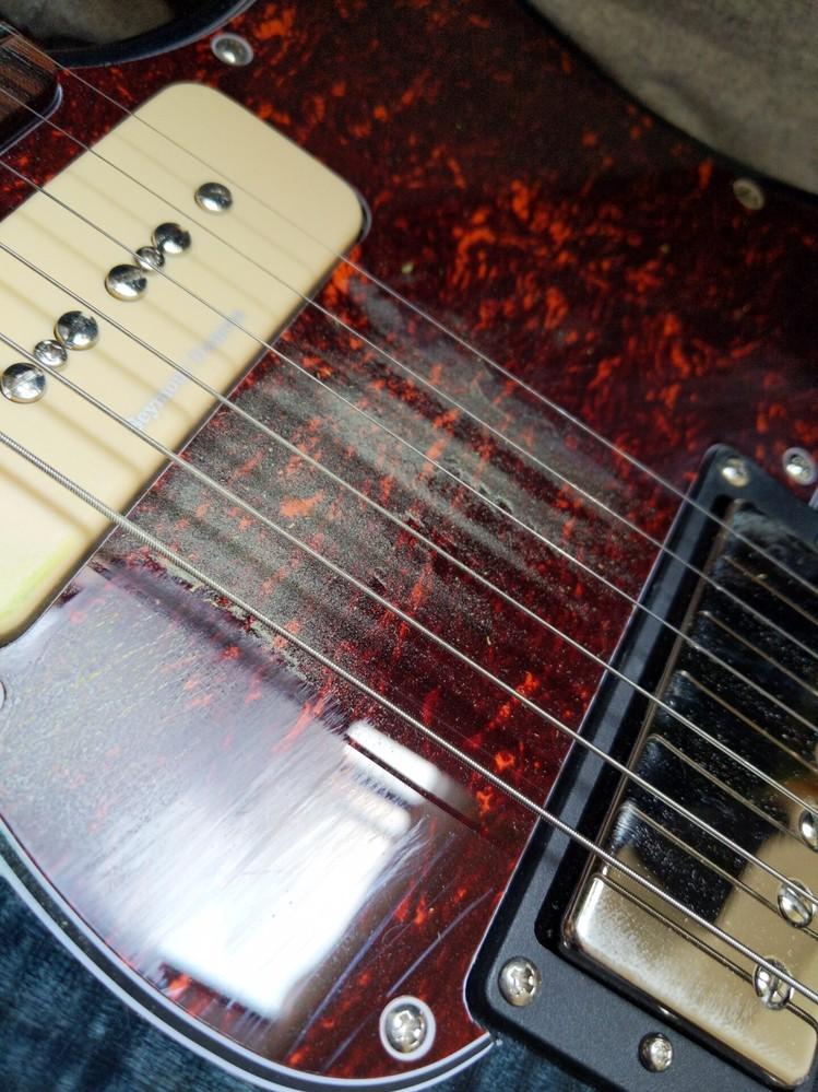 ギターのピックが1時間ほどの練習でかなり粉を吹きます。これは普通でしょうか? 曲は結構ストロークの激しいものを弾いています。