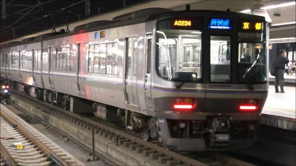 滋賀県内に新快速の必要性ありますか? 新快速は京都~姫路間だけでいいと思うのですが 直通させたいなら京都から各駅停車にすればいいし 静岡の方も数年前までは新快速はすべて豊橋まででしたが 静岡のやつがさわいで 数年前から新快速の浜松いきがありますが 豊橋からは各駅停車になります。 これとおなじで 京都から各駅停車にした所で 滋賀県なんてJRしかないわけだから 客がへるわけでもない 京都から新快速減らしたら 京阪とか阪急とか遅いが車両が快適ですから とられる可能性もあるけど。