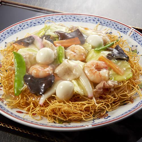 皿うどんって長崎の名物らしいですが、食堂で頼むと出るんですよね 写真みたいな感じですか。 よくスーパーに売ってますが。