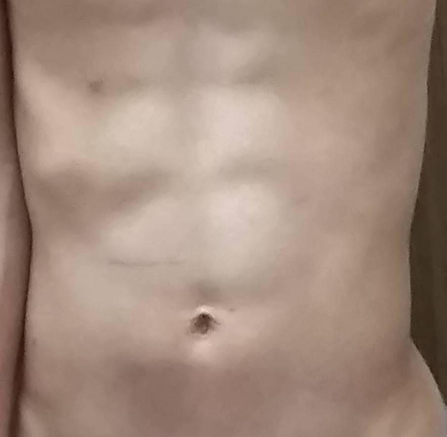 この腹筋は割れてるよりも脂肪が少なく筋肉が浮いてるように見えますか?それか腹筋割れてるように見えますか?