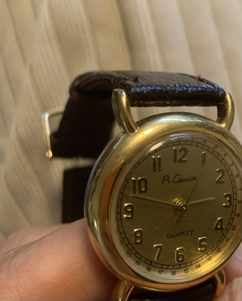 祖母から、この時計を電池交換してきて欲しいと頼まれたのですが、これはピカミアンの偽物でしょうか?! 一体どこの時計なのでしょう? 分かる方よろしくお願いいたします。