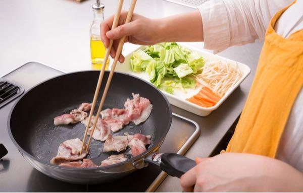 この画像みたいに菜箸で生肉を炒めて、大丈夫ですか?生肉を触ってるから菌が菜箸についてたりしますか?焼肉屋は生肉を触ったトングで焼けた肉を取り皿に置く事はダメと書いてあったんですが、