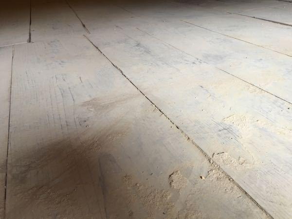 古民家の物置き小屋をリフォームしようと思っています。 床板が立派な材なので、そのまま再利用したいのですが、土汚れがかなりひどい状態です。 きれいに掃除をして最終的にはオイルで仕上げたいのですが、どの様に掃除をするのがいいでしょうか? 高圧洗浄機なんてダメですよね?? やはり雑巾で水拭きがいいですか? その他いい方法があれば教えていただければ嬉しいです。 よろしくお願いします。