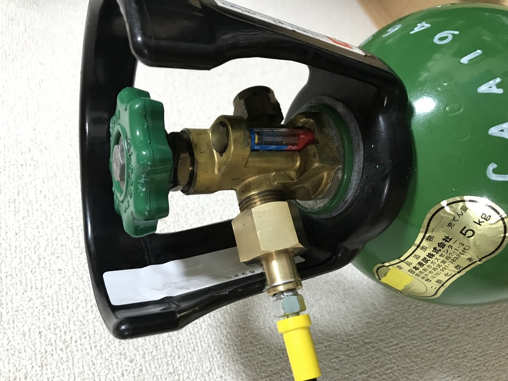 炭酸ガスボンベ、通称ミドボンの元栓が固くて開きません。対処法を教えてほしいです。 【状況】 ソーダストリームの本体に配管で繋いで、炭酸注入が終わったら都度元栓を閉めて使用しています。昨晩までは普通に使えていて、元栓を閉めました。 今日になって元栓を開けようにも、ちゃんと反時計回りに回しているのに固くて動きません。右にも左にも回りません。 ホース内の圧は抜いた状態です。 【試したこと】(全て開きませんでした) 30代男性が手で開ける タオルなどで包んで滑らないようにして回す ナット部分にKURE556シリコンスプレーを吹いてみる 緑の取っ手部分をトンカチで叩く 緑の取っ手の下のナットをモンキーレンチで回す 皆様のお知恵を貸してください。どうぞよろしくお願いします。
