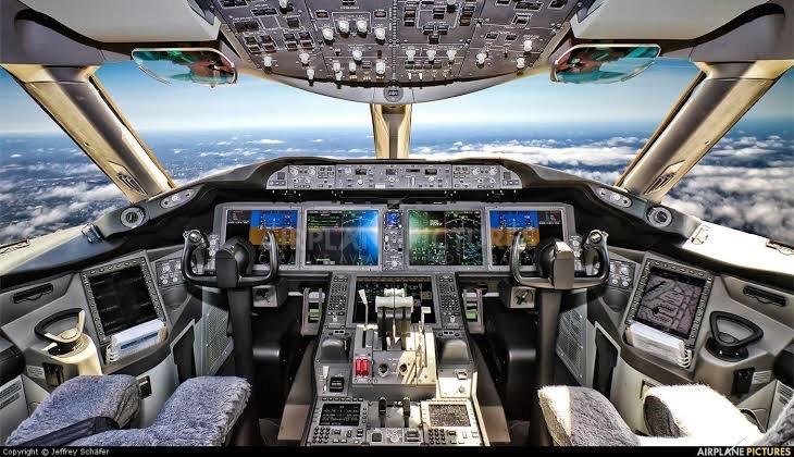 現代の飛行機の計器類は全て液晶ディスプレイに表示されていますが、パイロットは目が疲れたりしないのですか?