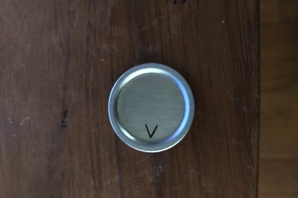 直径25㎜程度の円形のアルミメダル(厚み0.6㎜程度)のふちをカバーできるものを探しています。 溝ゴムを考えていたのですが幅が大きすぎてなかなか良いものが見つかりません。理想は高さ2mm程度の溝...