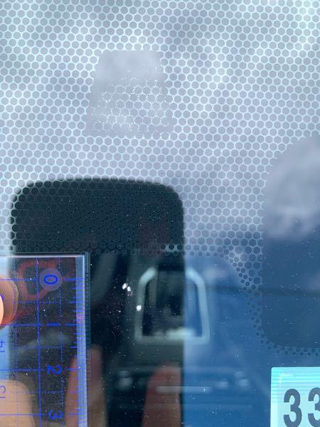 フロントガラス飛び石傷補修について。 先日高速道路で飛び石被害に遭いました。 この程度の傷なんですが、業者に頼むか、自分でリペアするか迷ってます。 交換までは必要ないと思っているんですが皆様のご意見をお聞かせください。 ちなみに車検は通りますでしょうか? ガラスの端から10センチ以上あります。