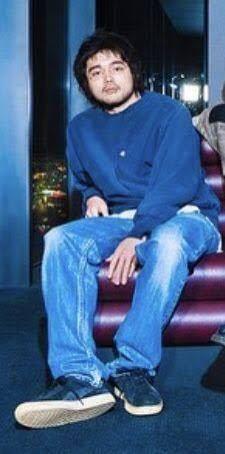 この写真でKing Gnuの井口理さんが履いているジーンズはどこのブランドのものか分かる方いら...