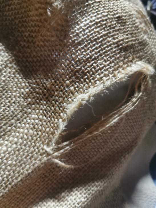 こういった編み方をしている服なんですけど穴がどんどん広がっていくので修繕したいです。 なにかいいやり方はありませんか? めちゃくちゃ可愛いブルゾンなのでなんとか治してあげたいです