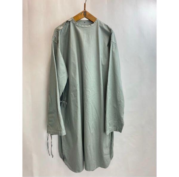 この洋服をリメイクしたいのですが、それが出来るお店を知っている方いましたら教えてほしいです。 洋服の前側を縦に切ってボタンをつけて、羽織っても着れる形をイメージしております。 写真の服はメンズです。