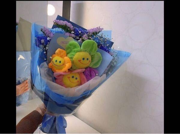 お花屋さんの方に質問です!このように人形の花束の後ろに、生花を包んでいただきたいのですが、このような注文はできるのでしょうか?