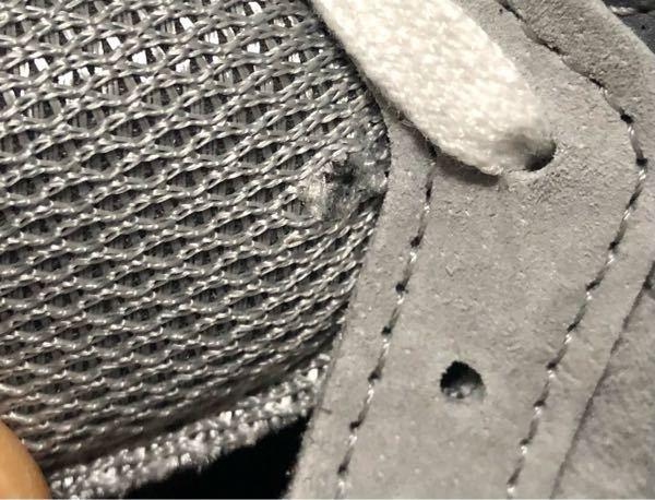 NBニューバランスの靴 m990 v5について。 画像のようにシュータン根元部分に穴というか破れがありました。 買ったショップに問い合わせたところm990 v5の全ての靴に工程上仮止めなどで付く...
