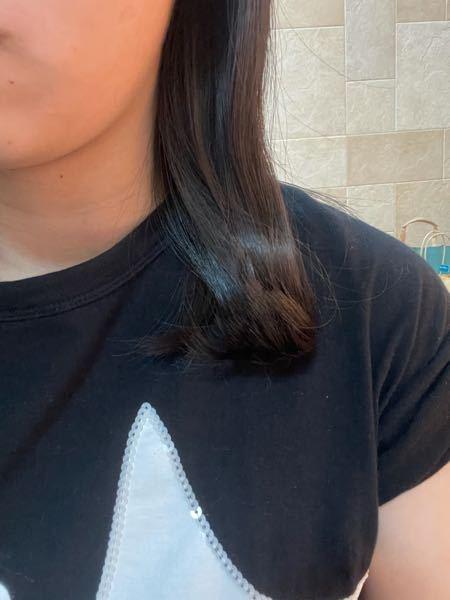 左側の髪の毛をコテで外ハネをすると、このように前に跳ねてしまい結局は内巻きのようになってしまいます。 どのようにしたら綺麗な外ハネが出来ますか?。゜(゜´ω`゜)゜。 何度もYouTube見たりしてコテを握っているのですが、左側が一向に上達しません。