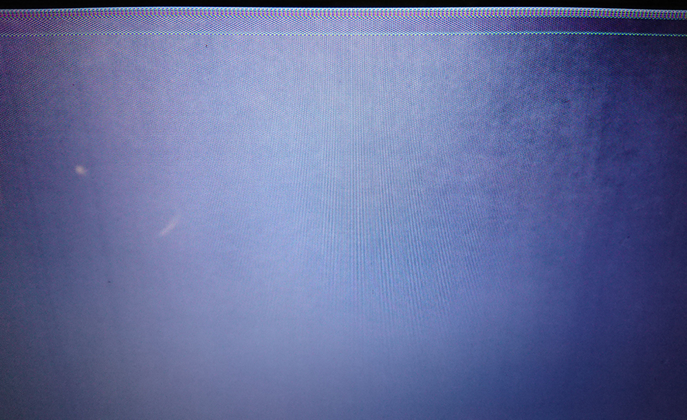 本日、NECのノートPCの電源を入れたらこのような状態で画面がおかしい状況です。 1度目ははじめのNECのロゴが上部の横線部分にまとまったような 状態で表示されてたのですが、2度目以降はそれもあ...