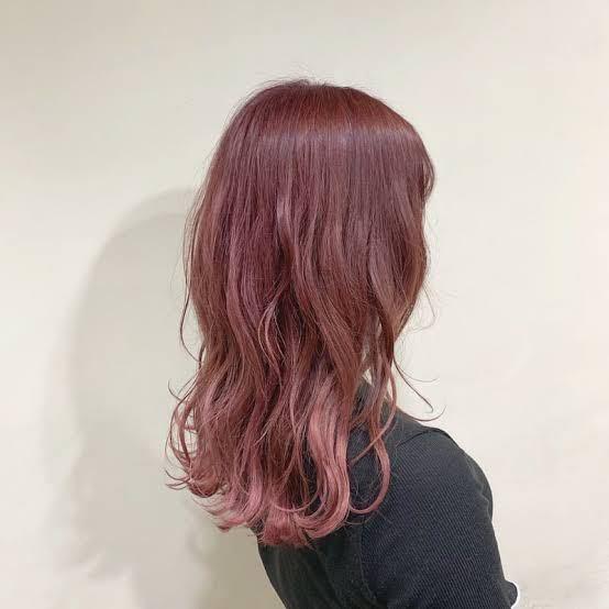これくらいの髪色にしたいのですが、ブリーチ必要だと思いますか? 今の髪色は黒を茶色(濃いめ)に染めていて、インナーだけブリーチ1回して青を入れましたが、色落ちして緑になっている状態です。
