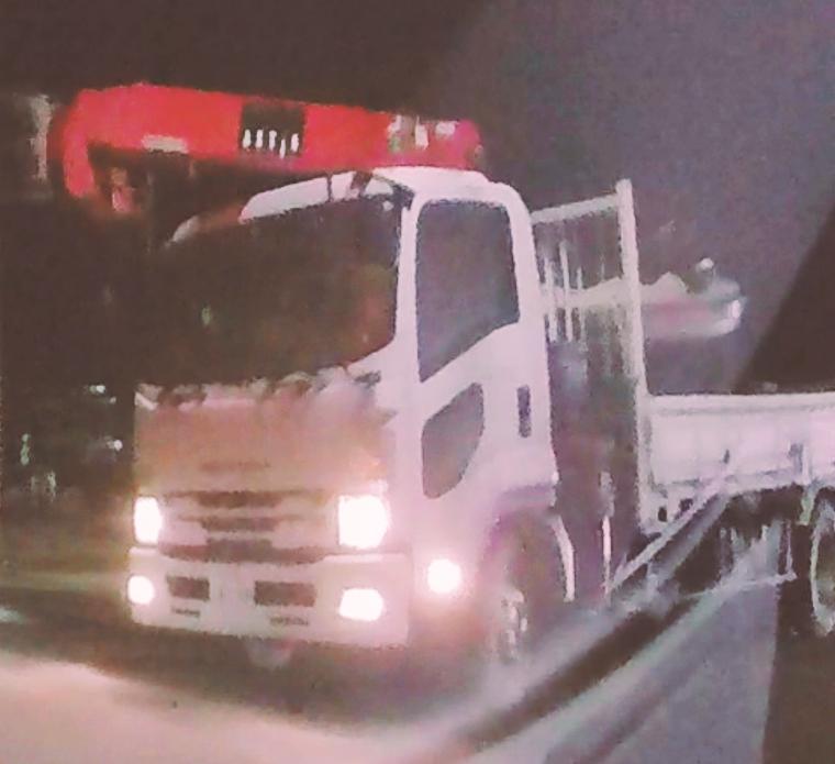 【お礼50枚】 このトラックの運送会社わかる方いますか? 車種はいすゞのキャブバッククレーントラックで、新潟市西区あたりですれ違った車両なのですが…
