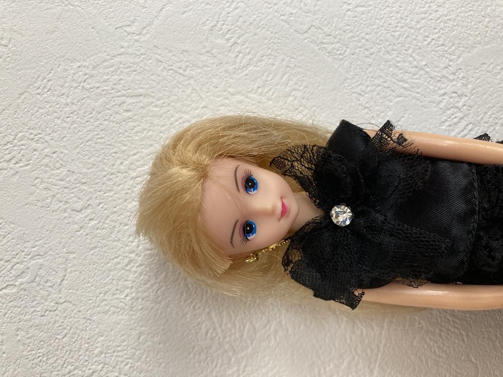 このお人形の名前をご存知の方がおられたら教えてください。 平成初期あたりに発売されたもので、タカラから出ているのは確認できるのですが、名前がどうしてもわかりません。 発売されたときは、柄の入った青色のワンピースかなにかを着ていた気がします…