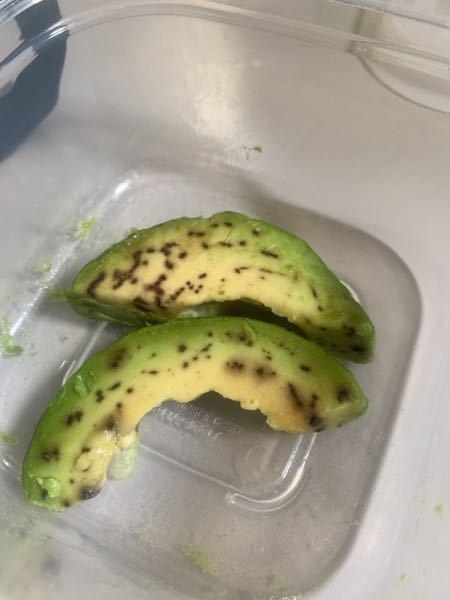 このアボカド食べないほうがいいでしょうか? 朝に切ったときは少し黒いな〜くらいだったのですが、昼にはこんなに黒くなってました。 アボカドってこういうものでしょうか、??