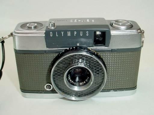 この古いフィルムカメラのレンズの周りのキラキラしたガラスの部分は 何か意味のある部品なのですか?