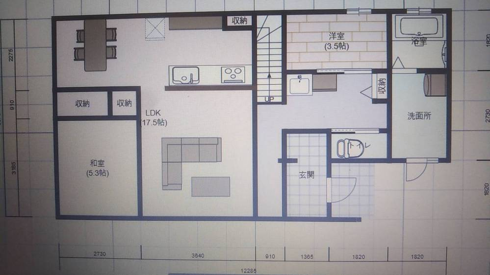 間取りついて教えて頂きたいです 今、新築のため間取りを決めている段階でした。 希望としてはなるべく1階で済ますことができるようシューズクロークとファミリークローク、和室6畳、ランドリールーム兼脱衣場、対面キッチンでお願いしていました。洗面所はランドリーとは別でお願いしたところ廊下に設置になってます。 予算の関係などもあり、1階を変えると2階が広くなるということで予算が上がったりと難航しておりました。 何か他にこのくらいの大きさのままで良い間取り図の案があれば教えて頂きたいです(>_<) 希望としては西側にキッチンでリビングダイニングを広くとりたかったです。 和室が西側でリビングが南側で配置になってます。