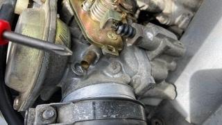 最近コマジェ5CA(キャブ)をレストアしています。 元々は不動車でバッテリー、コイル&プラグ、オートチョーク交換&キャブ清掃をし、始動にこぎつけました。 …が、加速ポンプ近くの穴...