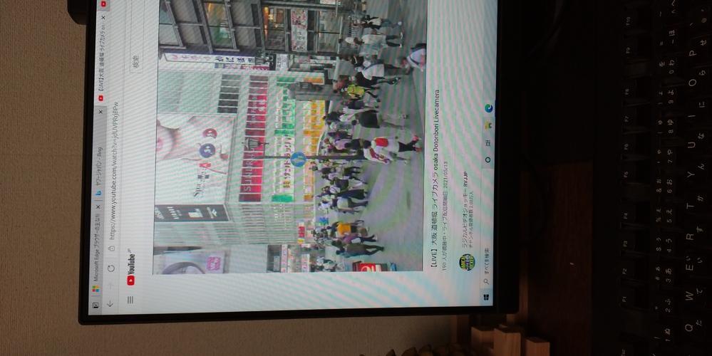 観光地で有名な道頓堀の戎橋(かに道楽の向かい)の看板について知りたいのです 1つは写真の左端のspa?かなにかの看板 もう1つの看板の向かい画面端の女性が切れかかかってる 2つの看板がなんの広告ほ看板かわかるかた教えてください