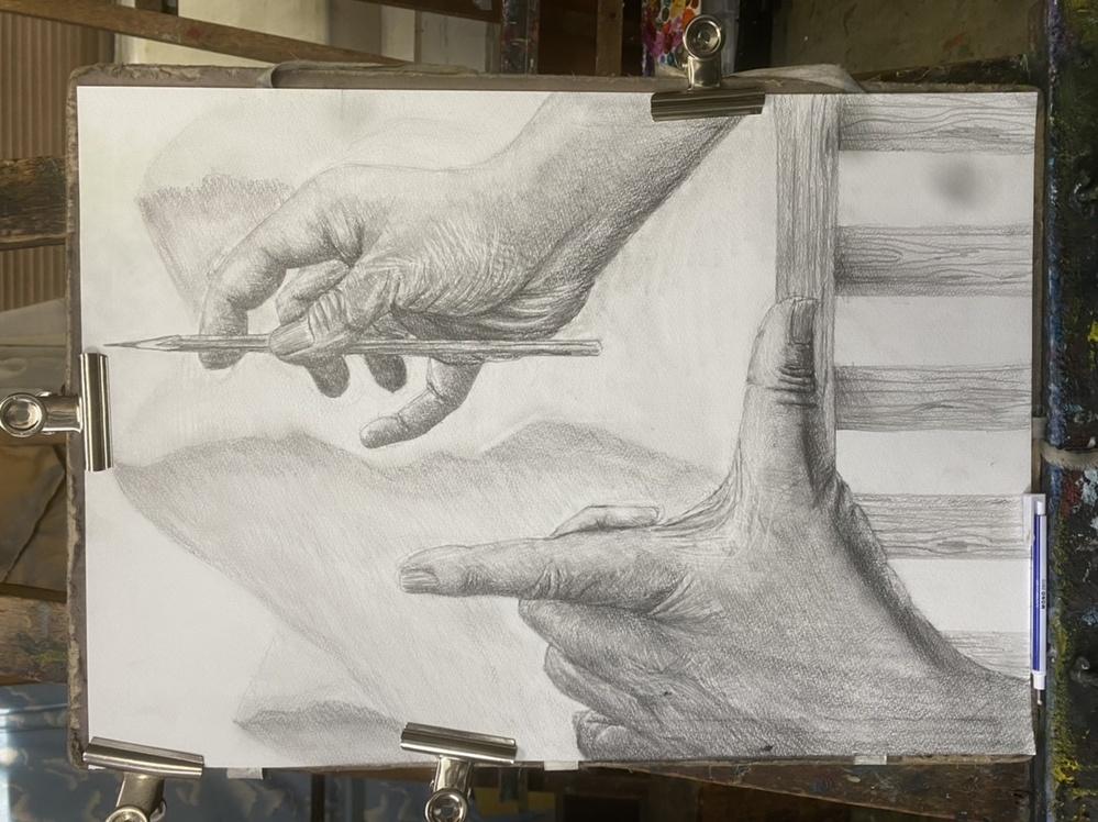 私は浪人1ヶ月ちょい目の18歳です。画塾の先生に「もっと手を描き込みなさい」と言われています。 参考作品などのように、きめ細かいシワや立体感が出せるのか、また日々のクロッキーの中で意識することなどはありますか。
