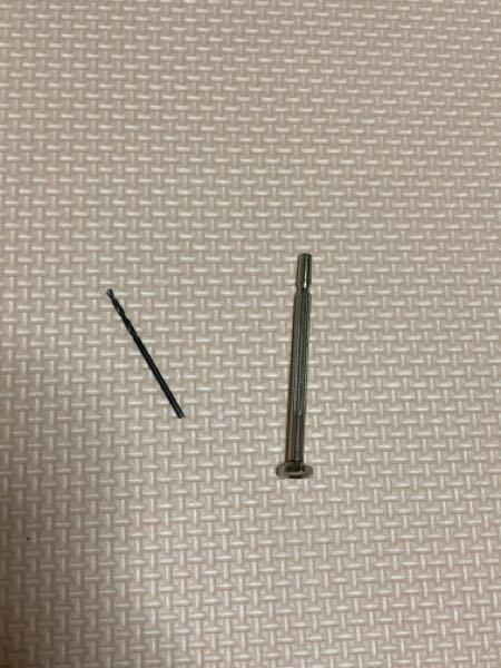 セリアでピンバイスを買ったのですが、セリアのピンバイスはハンドル部分とドリル部分は溶接されておらず外れる仕組みになっているのでしょうか。 ハンドル部分だけまわってドリル部分が全然まわらないのですが、不良品でしょうか…。