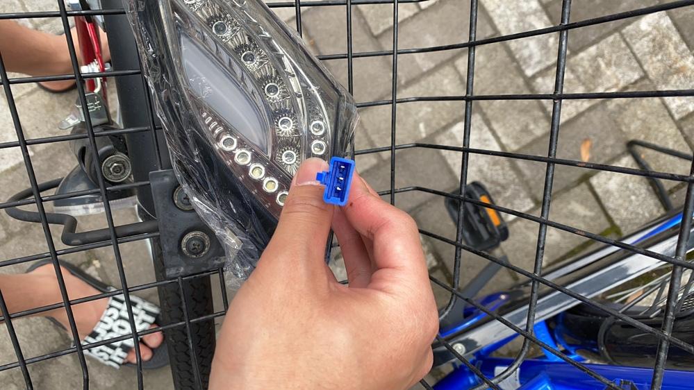 シグナスX2型のウインカーを変えようとしたらバイク側は2ピンでウインカー側が3ピンでした。 これはどうしたらいいですか?