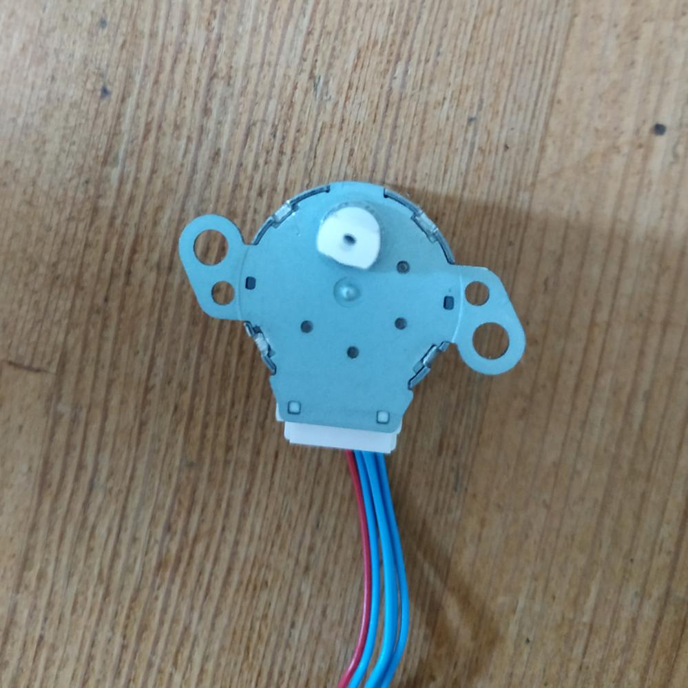 エアコン(三菱のMSZ-GE2816)の分解掃除をしていて 送風口のルーバーのモーターを間違えて水に付けてしまいました。 モーターを分解して内部に入った水分を乾かしたいのですが、爪の部分の外し方が分かりません。 どなたかわかる方が居れば教えて頂けませんか? よろしくお願いします。