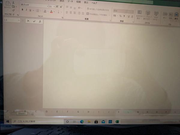 (緊急)Excelの列バーが下に移動(?)してしまった 先程Excelで作業していたら列バー(A,B,C...)が下に隠れてしまいました。 作業中に手が滑ってしまったのですが、寝ぼけていたのと突然のことで驚いてしましどんな操作をしたのか覚えていません。 戻し方をどう検索すれば良いのかわからず知恵袋に投稿します。 元に戻す方法を教えていただけないでしょうか。
