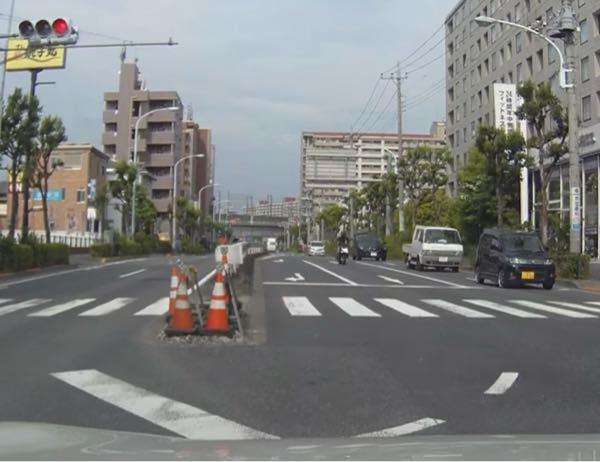 車が交差点を右折する為に停車しています 信号が赤に変わりましたが既に交差点内に侵入して停車をしていた車は対向車線やその他の通行に注意しながら右折をしました ところが遥か向こうに見えるバイクがあの位置から速度を上げて画像のように明らかに信号無視をして交差点内に侵入し右折している車と衝突しました ぶつかった場所は車の右前角とバイクの右側面です バイク側の明らかな『信号無視』で起こった事故です しかしこの場合でも車側にも『安全運転義務違反があった』となり過失割合は0:100にならないのでしょうか? こんなので1%でも車に非があったんじゃ怖くて車両の運転なんで出来ませんが…