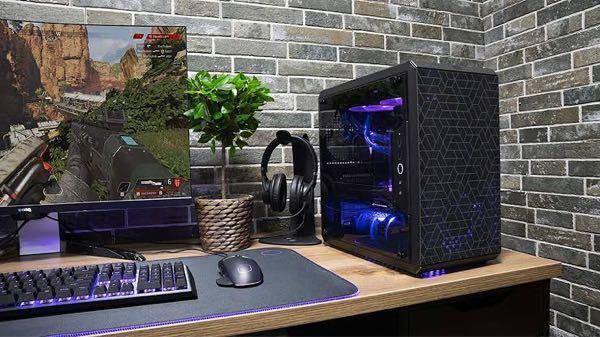 パソコン初心者です。 PCケースとデスクトップはどのようにして繋がっているのですか? コードをデスクトップに挿して繋がっていますか? この写真ではデスクトップとPCケースがコードで繋がっているように見えません。 PCケースは持っているのですがデスクトップがないので買おうと思っているのですがどれでもいいのでしょうか? それとも持っているPCケースに合うデスクトップを選ばなければいけないですか? 家に置いてあり誰も使っておらず知識がある人もいないので教えてくれると助かります。