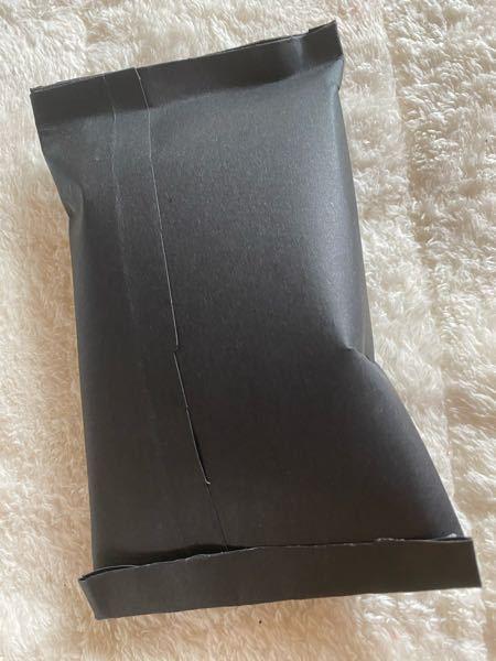 メルカリの梱包材が黒の紙質はおかしいですか? メルカリ出品が初なのでどんな梱包をすればいいのか分かりません、、。 このような感じに紙を切って作ったのですがコンビニなどでちゃんとした袋を買った方いいですか? 中身はプチプチで包みました。